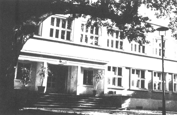 Wejście do budynku szkoły